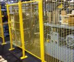 Ограждение консольного типа из металлической сетки.